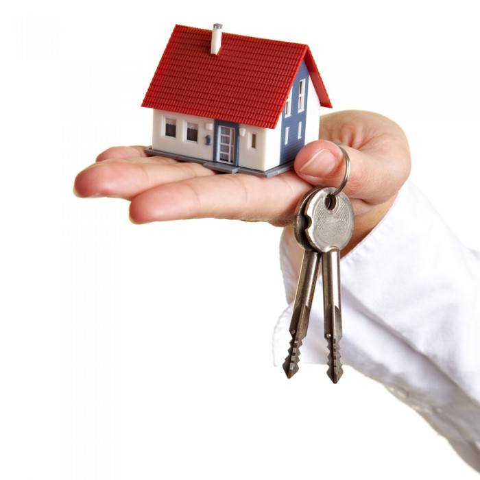 Holding a house model and keys picture material