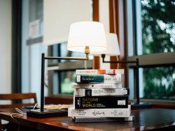 Download Wallpaper 1600×1200 Books, Table, Lamp 1600×1200 HD Background